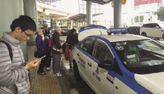 """Hiện tượng taxi """"dù"""" tràn vào sân bay Nội Bài"""